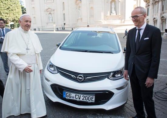 Opel regala un'auto elettrica a papa Francesco