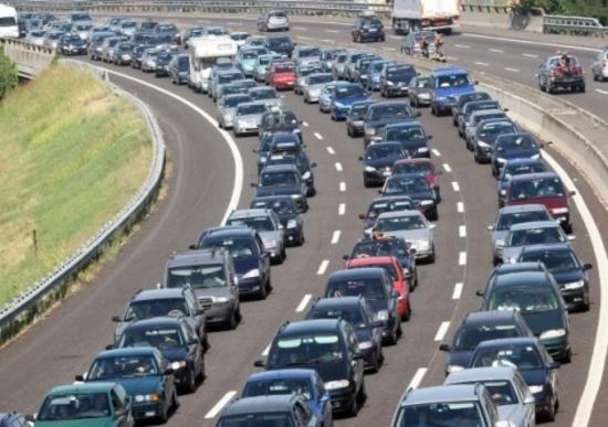 Attraversavano a piedi l'autostrada A12: un morto travolto da furgone