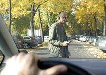 Sei pedone? Non ti distrarre con lo smartphone: rischi la vita
