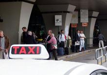 """Roma: il tassista """"truffatore"""" abbandona la passeggera in autostrada"""