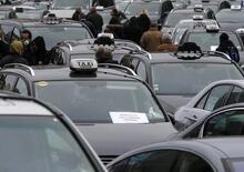 Milano, uova e aggressioni contro Uber. Si cerca un taxi