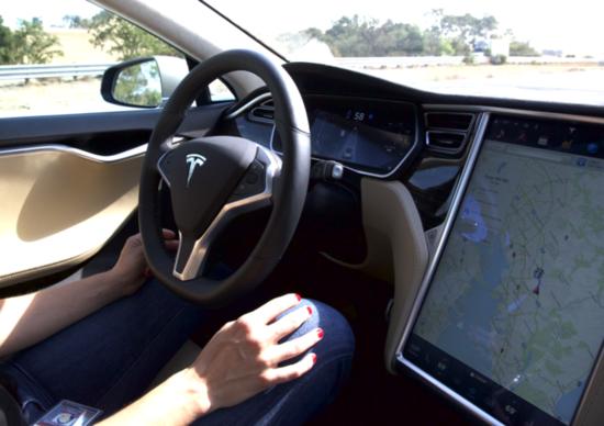 Guida autonoma: Tesla, nuovo test e nuovo incidente