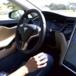 Tesla: Consumer Reports chiede la disattivazione dello sterzo automatico