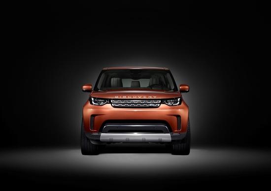 Una squadra di bambini camuffa il nuovo Land Rover Discovery
