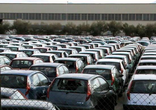 Tra sogno e realtà: gli italiani cercano BMW e Mercedes ma comprano Fiat e VW
