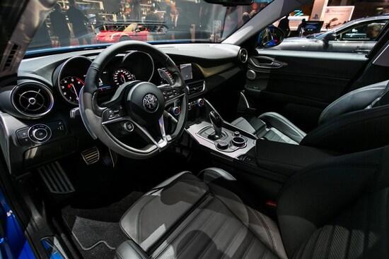 Alfa romeo giulia veloce q4 al salone di parigi 2016 for Interno q2