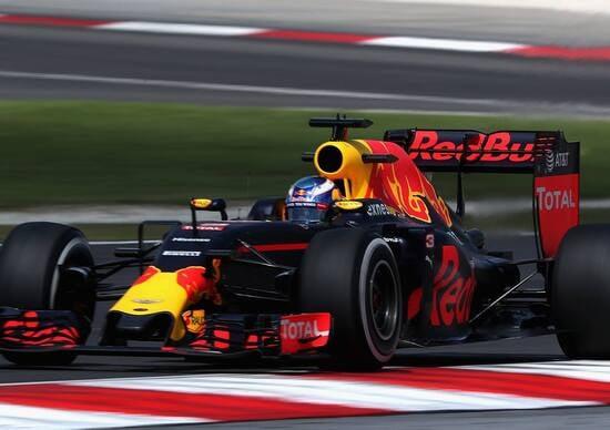 Ricciardo show sul podio di Sepang, il brindisi dalla scarpa è servito
