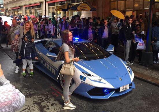 Columbus Day, agenti sfilano con Lamborghini della polizia