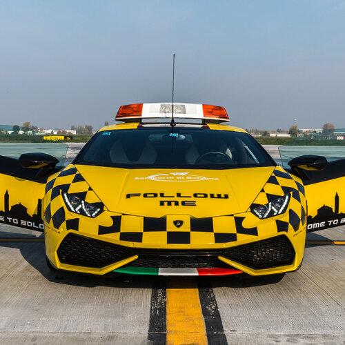Lamborghini una huracan follow me per l 39 aeroporto di for Concessionari lamborghini
