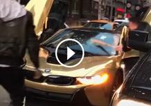 Blocchi il traffico a New York? E io ti fracasso il vetro della BMW i8 [Video]