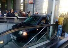 Torino, imbocca in auto le scale della metropolitana