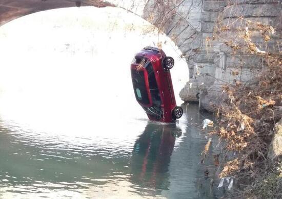 Torino, Fiat 500L si inabissa nel Po