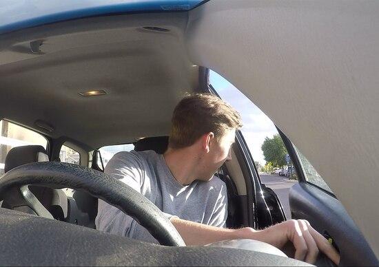 """Come aprire la portiera salvando un motociclista: il """"Dutch Reach"""""""
