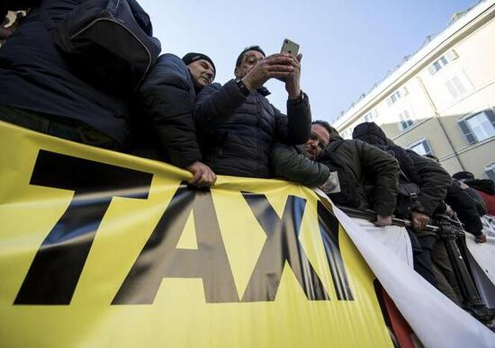 La sindaca Raggi scende in piazza con i tassisti romani