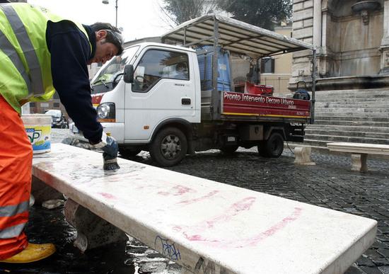 """Multe e """"Daspo"""" a chi sporca mezzi pubblici"""