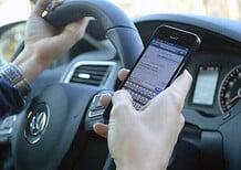 Patente sospesa per chi usa il telefono alla guida